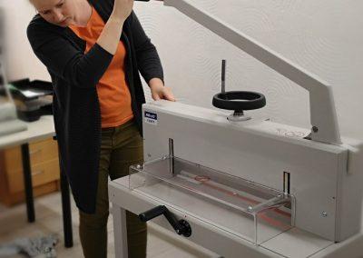 Popieriaus pjaustymo giljotina - saugus įrenginys, su kuriuo dirbti gali daugelis.